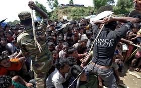 نیروهای امنیتی در حال آرام کردن جمعیت آوارگان روهینگیا در اردوگاه کاکس بازار در بنگلادش