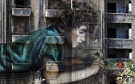 نقاشی دیواری روی بنایی که در جنگ داخلی لنبان گلوله ران شده