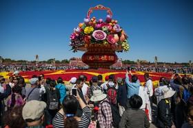 تزئین ویژه در میدان تیان آن من به مناسبت روز ملی چین در محاصره جهانگردان