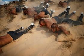 داوطلبان پلیس در خان یونس در نوارغزه برای پیوستن به پلیس فلسطین در حال آموزش