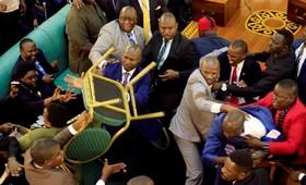 درگیری در مجلس اوگاندا هنگام بحث در مورد ادامه حکومت رئیس جمهوری فعلی