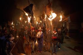 روستاییان در مراسم الویتور، مشعل های ساخته شده از پوست را نگه داشته اند. این مراسم سنتی به سال 1752 می رسد