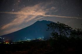 کوه آگونگا در بالی اندونزی که انتظار برای آتش فشانی موجب تخلیه اطراف این کوه شده است