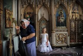 مادر و دختری در کلیسایی مربوط به قرن پانزدهم در رومانی