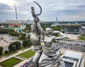 مجسمه کارگران و کشاورزان در مسکو که  توسط ورا موخینا به سال 1937 در نمایشگاهی در پاریس ساخته شده بود