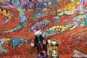 هنرمند ژاپنی تاکاشی موراکامی در نمایشگاهی از آثارش در مسکو روسیه
