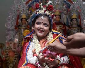 آرایش دختری نوجوان برای جشنواره دورگا در کلکته هند