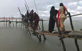 آوارگان روهینگیا در حال عبور از پلی دست ساز در بنگلادش