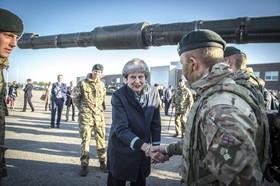 ترزامی نخست وزیر انگلیس در دیدار از پایگاه نیروهای ناتو در تاپا در استونی