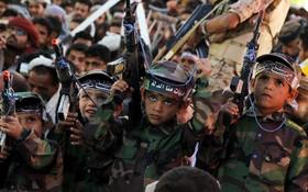 کودکان حوتی در یمن در مراسم عاشورا با سلاح های اسباب بازی