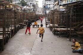 بازاری که تعطیل شده و کودکان در آن در حال بازی هستند در مونروویا در لیبریا پیش از انتخابات ریاست جمهوری