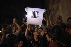 صندوق رای در بارسلونا برای رایگیری به یک مرکز رایگیری برده می شود