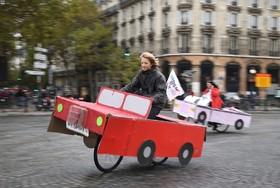 روز بدو خودرو در پاریس و کسانی که با تزئیناتی به استقبال این روز رفته اند