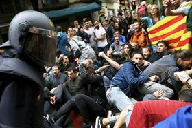 صحنه ای از درگیری پلیس با تظاهرکنندگان کاتالان در بارسلونا
