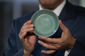 هنگ کنگ و نمایش ظرفی نود ساله سرامیک که گفته می شود بیست و پنج میلیون پوند قیمت دارد