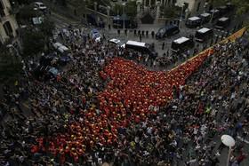 پیوستن آتش نشانان با لباس رسمی به تظاهرکنندگان حامی استقلال در بارسلونا