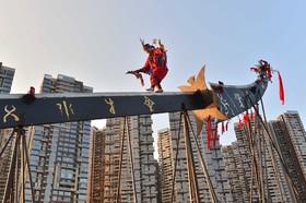 نمایش یک هنرمند چینی روی یک چاقوی بزرگ در مراسم روز ملی چین در گویانگ