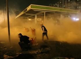 تظاهرات در کیف اکراین و تلاش تظاهرکنندگان برای خاموش کردن آتش در یک پمپ بنزین
