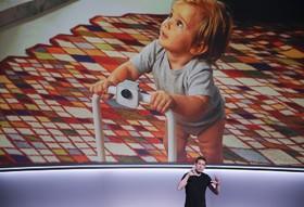 جاستون پین محصول جدید گوگل که یک دورین گیره دار را معرفی می کند