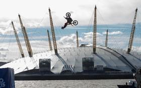 تلاش یک موتور سوار برای شکستن رکورد پرش با موتور روی رودخانه تیمز در لندن انگلیس