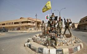 سربازان عراقی در شهر حویجه که داعش از آن بیرون رانده شده است