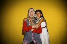 مادر و دختری در آنکارای ترکیه برای شرکت در روز جهانی خنده مقابل دوربین قرار گرفته اند