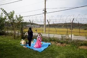 مادر و دختری در کره جنوبی در حال برگذاری مراسم سنتی مذهبی