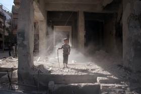 بازی کودکی در خرابه های شهر دوما در سوریه