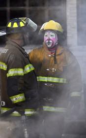 آتش نشانان در تلاش برای خاموش کردن آتش سوزی مخزن بنزین در مکزیک