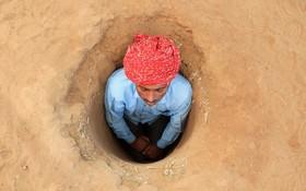 اعتراض کشاورزان هندی به دولت با دفن خودشان در زمین کشاورزی
