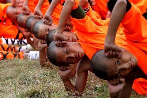 راهبان نوجوان در حال تمرین هنرهای رزمی در معبد شائولین در شهر دنفنگ چین
