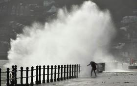 امواج بزرگ در ساحل ایرلند در اثر توفان افلیا