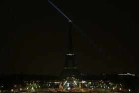 خاموشی برج ایفل در پاریس در پی انفجار انتحاری در سومالی با بیش از سیصد کشته