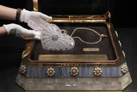 کیف موسوم به هزارو یکشب که در هنگ کنگ به نمایش گذاشته شده و 4هزارو517 الماس دارد که وزن همه 38هزارو192 قیرات اعلام شده است که رکورد گینس را هم به عنوان با ارزش ترین کیف در سال 2010 داشته است