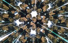 یک کودک در موزه خیال در وین اطریش در یک کالیدوسکوپ