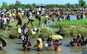 آوارگان روهینگیا در حال فرار از میانمار به سوی بنگلادش