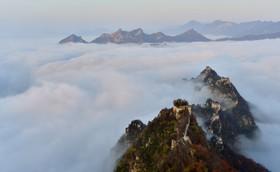 تنها بخش هایی از دیوار چین از مه بیرون مانده است