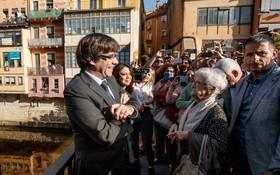 چارلزپوژدمان که از مقام ریاست جمهوری محلی در کاتالونیا برکنار شده در کنار همسرش در جیرونا با اهالی گفتکو می کند