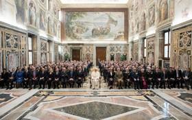 جلسه ای در واتیکان که پاپ با گروهی از نمایندگان حقوق بشر دیدار کرد