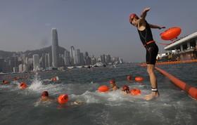 مسابقه سالانه شنای یک کیلومتری در ساحل هنگ کنگ برای مبارزه با آلودگی آب