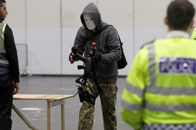 یکی از شرکت کنندگان در مراسم شخصیت های سینمایی و کارتونی در انگلیس در حال ورود به محل برگزاری مراسم