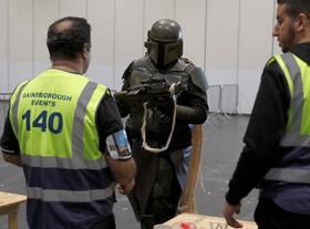 یکی از شرکت کنندگان درمراسم شخصیت های سینمایی و کارتونی در انگلیس در حال عبور از پست نگهبانی