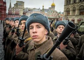 تمرین نظامی نظامیان روسی در میدان سرخ برای آمادگی مراسم رژه سالگرد مداخله نظامی روسیه در جنگ جهانی دوم و حمله به نیروهای آلمان