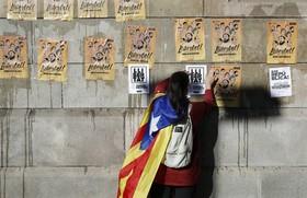 توزیع پلاکاردهایی در حمایت از مقامات محلی دولت کاتالونیا در اسپانیا و حمایت از جدایی این منطقه از این کشور