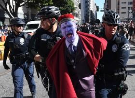دستگیری یکی از تظاهرکنندگان علیه نژاد پرستی و فاشیسم در لوس آنجلس کالیفرنیا که خواهان برکناری دولت ترامپ شدند