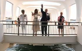 ترامپ و همسرش هنگام دیدار از پرل هارپر در هونولولو در هاوایی