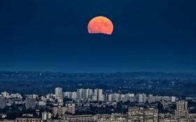 ماه کامل برفراز لیون فرانسه