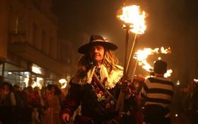 مراسم سنتی آتش بازی در انگلیس