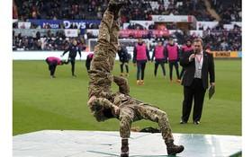 نمایش حرکات نمایشی در زمین فوتبال بین دو نیمه بازی سوانسی و برایتون در انگلیس