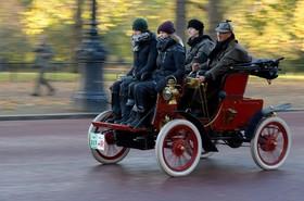 مسابقه رانندگی با خودروهای قدیمی و خودرویی که راننده اش در صندلی پشت می نشیند